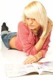 Het meisje van de blonde met krant Stock Foto