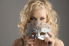 Het meisje van de blonde met zilveren masker kijkt binnen aan de lens Royalty-vrije Stock Afbeelding