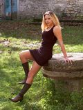 Het meisje van de blonde in miniskirt royalty-vrije stock afbeelding