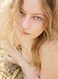 Het meisje van de blonde op geel gras Royalty-vrije Stock Foto's