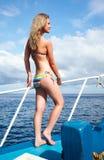 Het meisje van de blonde op jacht royalty-vrije stock fotografie