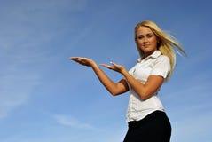 Het meisje van de blonde tegen de hemel. Ruimte voor tekst Stock Foto's