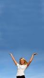 Het meisje van de blonde tegen de hemel. Ruimte voor tekst Royalty-vrije Stock Foto
