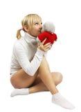 Het meisje van de blonde zittend met snoezig stuk speelgoed stock fotografie