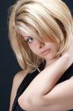 Het meisje van de blonde in zwarte Stock Foto