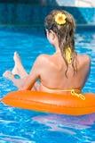Het meisje van de blonde in zwembad stock fotografie
