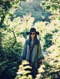Het meisje van de Bohostijl in het bos stock afbeelding