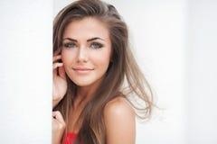 Het meisje van de de zomertiener het mooie vrolijke genieten van geïsoleerd op witte achtergrond royalty-vrije stock foto's