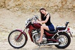 Het meisje van de fietser op een motorfiets stock afbeeldingen