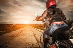 Het meisje van de fietser op een motorfiets royalty-vrije stock foto