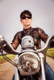 Het meisje van de fietser op een motorfiets Royalty-vrije Stock Foto's