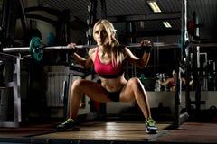 Het meisje van de geschiktheid in gymnastiek stock afbeelding
