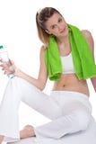 Het meisje van de geschiktheid met groene handdoek Stock Fotografie