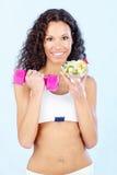 Het meisje van de geschiktheid met salade en gewicht Stock Afbeeldingen