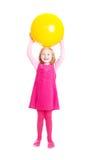 Het meisje van de glimlach met bal stock fotografie