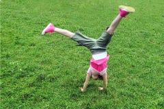 Het meisje van de gymnastiek het gelukkige springen Royalty-vrije Stock Afbeeldingen