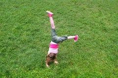 Het meisje van de gymnastiek het gelukkige springen royalty-vrije stock fotografie