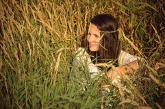 Het meisje van de hippie heeft een rust. royalty-vrije stock afbeeldingen