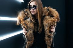 Het meisje van de Hipstertiener in zonnebril die over muur stellen Royalty-vrije Stock Foto