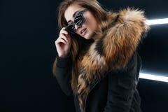 Het meisje van de Hipstertiener in zonnebril die over muur stellen Stock Afbeeldingen