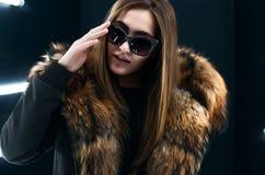 Het meisje van de Hipstertiener in zonnebril die over muur stellen Royalty-vrije Stock Fotografie
