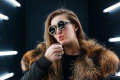 Het meisje van de Hipstertiener in zonnebril die over muur stellen Royalty-vrije Stock Foto's