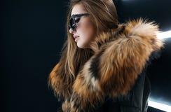 Het meisje van de Hipstertiener in zonnebril die over muur stellen Royalty-vrije Stock Afbeeldingen