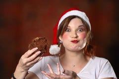 Het meisje van de kerstman met cake Stock Fotografie