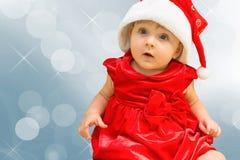 Het meisje van de Kerstmisbaby in Kerstman rode hoed Stock Foto