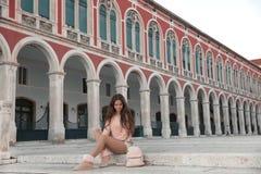 Het meisje van de levensstijltoerist het bezoeken oriëntatiepunt van Vierkante sigh van de Republiek royalty-vrije stock foto's