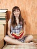 Het meisje van de lezing royalty-vrije stock foto