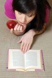 Het meisje van de lezing Stock Afbeeldingen