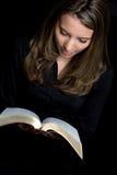 Het Meisje van de Lezing van de bijbel royalty-vrije stock afbeelding