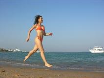 Het meisje van de looppas op strand royalty-vrije stock foto's
