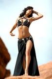 Het meisje van de manier in buikdanskleding Stock Foto's