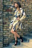 Het meisje van de manier in de oude stad Stock Foto's