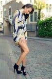Het meisje van de manier in de oude stad Royalty-vrije Stock Fotografie