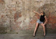 Het meisje van de manier in dichtbij de muur Royalty-vrije Stock Foto's