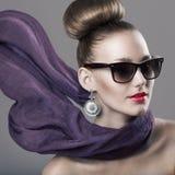 Het meisje van de manier met een sjaal Royalty-vrije Stock Foto's