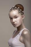 Bodyart. Kleuring. Betoverende Aziatische Vrouw - met Geschilderd Gebronst - Gouden Huid. Blik Stock Foto's