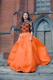Het meisje van de manier op achtergrond van Gotische kerk Stock Afbeeldingen