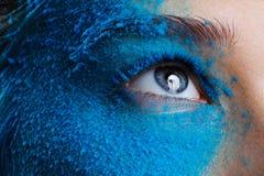 Het meisje van de manierschoonheid met blauwe sneeuw stock afbeeldingen