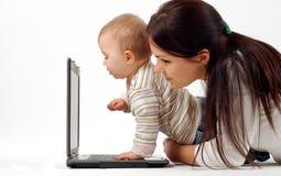 Het meisje van de moeder en van de baby met laptop Stock Fotografie