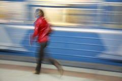 Het meisje van de motie met trein Stock Afbeeldingen