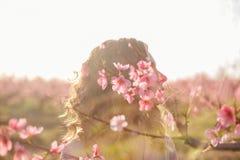 Het meisje van de multi-blootstellingsbloem stock fotografie