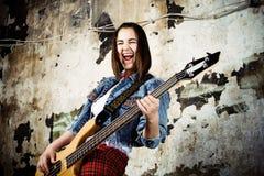 Het meisje van de muziek met gitaar Royalty-vrije Stock Afbeeldingen