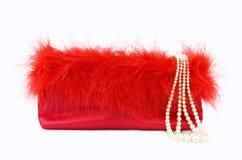 Het Meisje van de partij - de rode zak van de zijdeavond met parels Stock Foto's