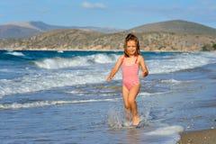 Het meisje van de peuter bij strand Stock Afbeeldingen