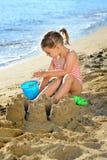 Het meisje van de peuter bij strand Stock Afbeelding