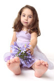 Het meisje van de peuter met bloemen stock afbeelding